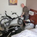 Démontage des vélos pour l'avion