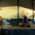 Les enfants sont très intéressés par la tente !