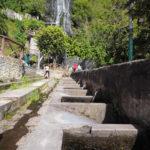 A l'arrière-plan, la cascade