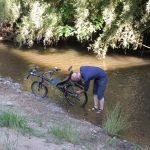 Lavage vélo à la rivière