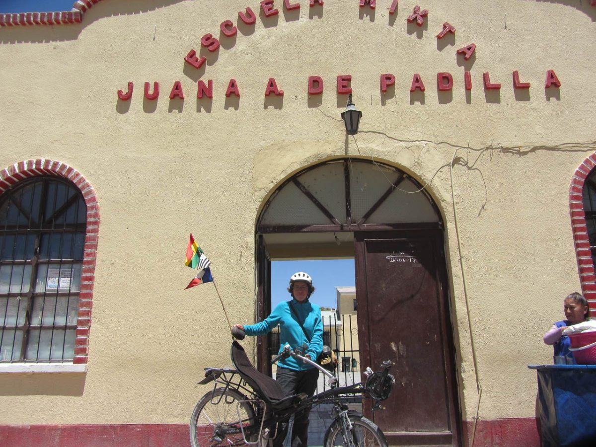 légende: Coco et son vélo devant l'école