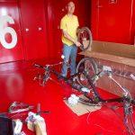 Remontage des vélos chez les bomberos